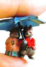 傘をさすリスのカップル ミニチュアブロンズ