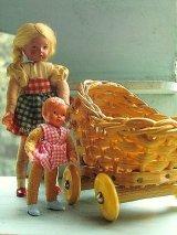 おさげ髪の女の子 ブロンド ドールハウスの住人 編み籠バギーと